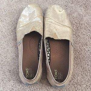 Glittery gold toms